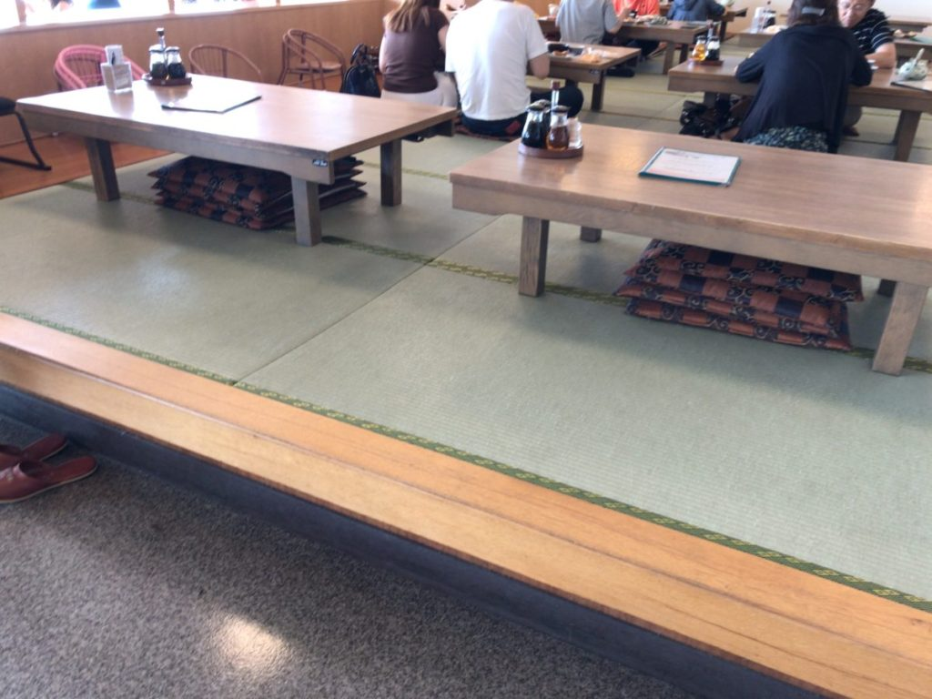 まるは食堂の座敷