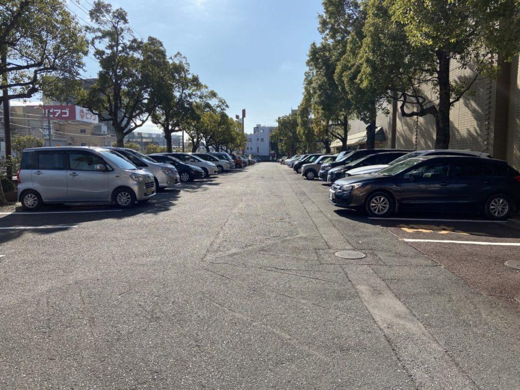 雁宿ホールの駐車場